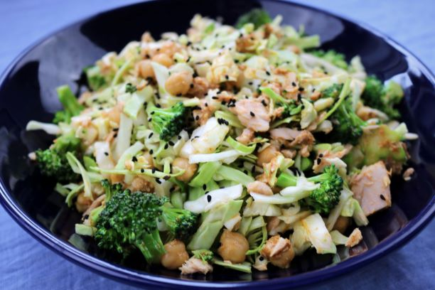 Tun salat med kikærter og pesto